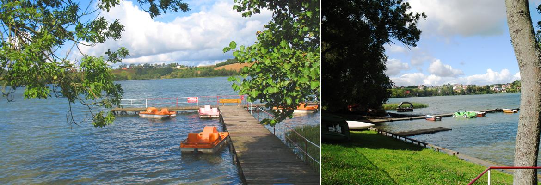 piękne jezioro, dwa pomosty i sprzęt wodny